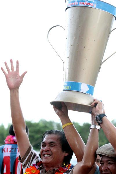 Chiếc Cup tượng trưng của CĐV Kiên Giang dành cho đội.