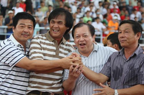 Lãnh đạo CLB chúc mừng ông Vân.