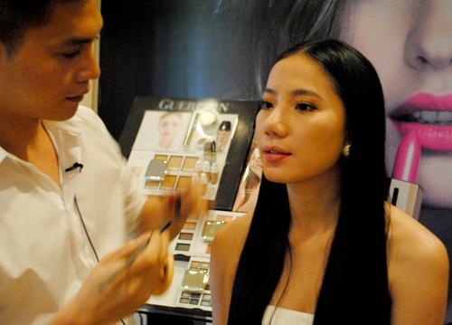 Chuyên gia trang điểm nổi tiếng bật mí nhiều bí quyết để các cô gái có gương mặt đẹp hoàn hảo.