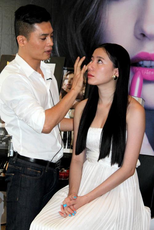 Thục Quyên ngồi làm mẫu cho chuyên gia trang điểm Nam Trung - một trong 4 vị giám khảo của chương trình Vietnam's Next Top Model 2011 chăm chút dung nhan.