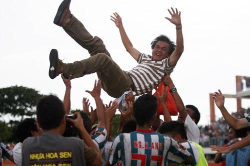Lập tức, HLV họ Lại nhận thành công sớm khi đưa Kiên Giang lên hạng V-League chỉ sau một mùa.