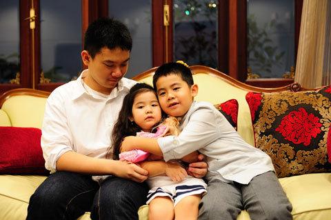 Các thiên thần nhỏ của Kim Thoa. Cậu lớn vừa từ giã gia đình để sang Mỹ du học.
