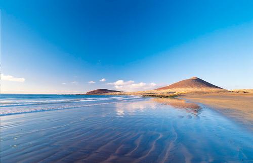 Bãi biển El Medano với bãi cát và nước trong xanh.