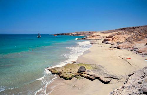 Bãi biển La Caleta vắng vẻ, nước xanh như ngọc.