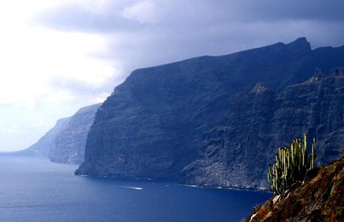Vách đá khổng lồ cao hơn 500 trên biển Tenerife.