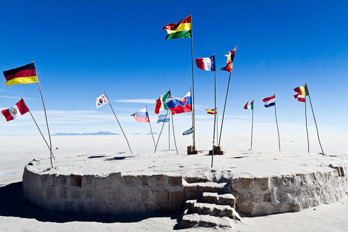 Trên sa mạc Salar de Uyuni có một bệ muối lớn, nơi khách du lịch có thể cắm cờ quốc gia của họ lên đó.