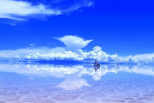 Bầu trời xanh soi bóng xuống mặt nước.