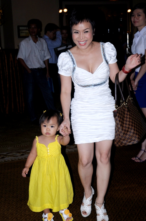 Danh hài Việt Hương mang 'thiên thần nhỏ' Elyza Phương Vy đến sự kiện.