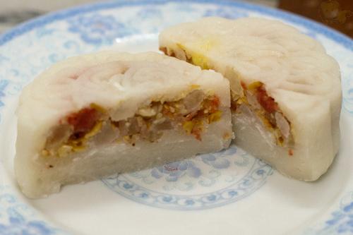 Bánh dẻo có nhiều loại nhân, trong đó mọi người thường ưa chuộng nhân thập cẩm.