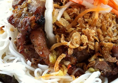 Những miếng thịt được tẩm ướp và nướng ngay trước mặt thực khách.