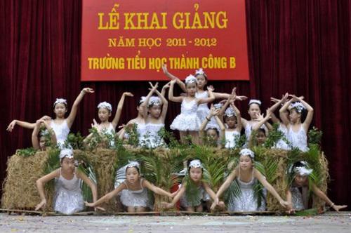 Cùng nhau biểu diễn màn hát múa những chú chim non bên tổ của mình