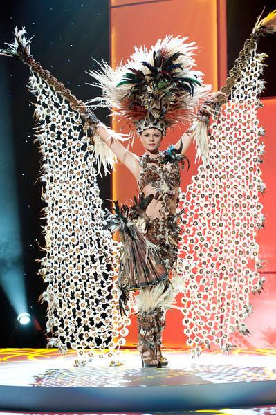 Claudia Schiess, hoa hậu Ecuador nổi bật trong trang phục đính nhiều lông gà.