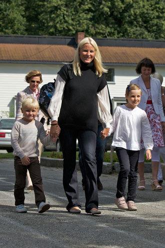 Với công chúa, hoàng tử Na Uy, ngày đầu tiên đi học, hai bé bình thường và giản dị như bao đứa trẻ thường dân khác.