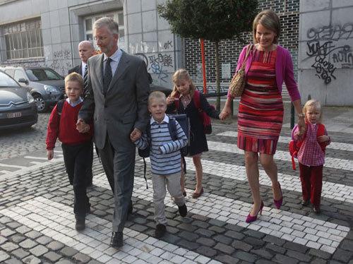 Vợ chồng Thái tử Bỉ Philippe và vợ, Công nương Mathilde cùng bốn đứa con đến trường Sint Jan Berghmans.