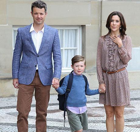 Christian, cậu con trai lớn của vợ chồng Thái tử Đan Mạch Frederik, hớn hở và thích thú khi được bố mẹ dắt tay tới trường.