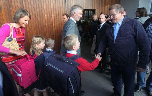 Gabriel, Emmanuel, Elisabeth và Eleonore tự mình mang cặp và bắt tay các thày cô giáo trong trường.