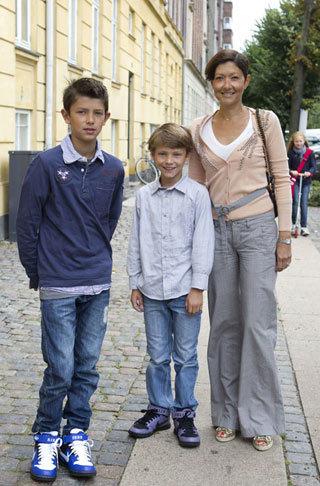 Nicolai 12 tuổi và em trai Felix 9 tuổi cùng mẹ Alexandra đến trường. Cựu bá tước vùng Frederiksborg là vợ cũ của Hoàng tử Joachim, em trai Thái tử Frederik.
