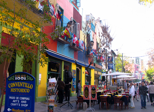 Du khách có thể chọn những quán cà phê ngoài trời để ngắm cảnh đường phố.