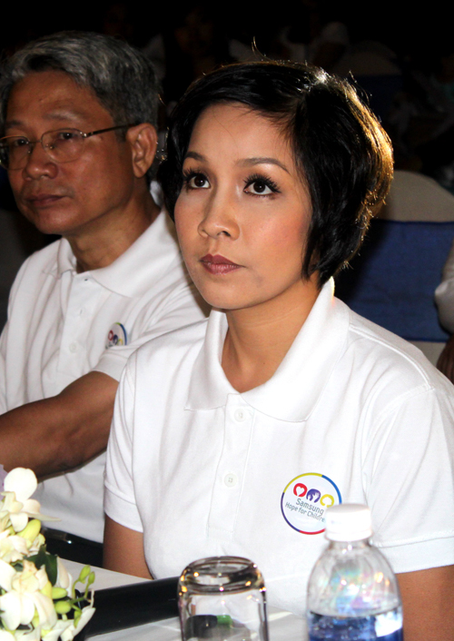 Mỹ Linh ăn mặc giản dị khi tham dự họp báo.