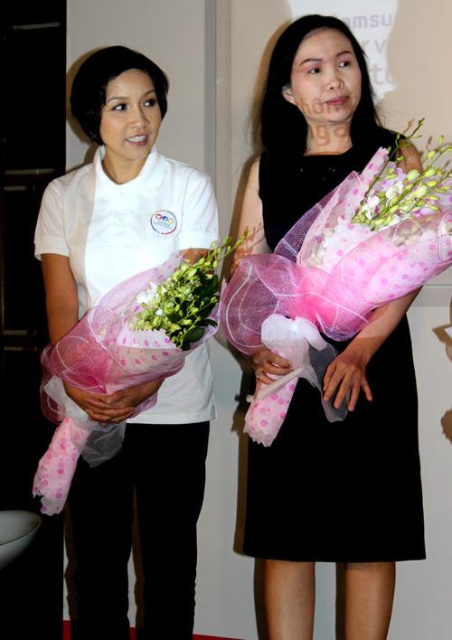 Khác với hình ảnh lộng lẫy, gợi cảm trên sân khấu, Mỹ Linh giản dị khi làm đại sứ. Chị nhận hoa cảm ơn do ban tổ chức trao tặng.