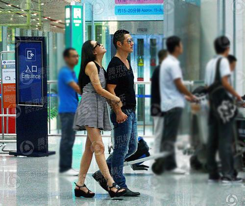 Sáng 7/9, Nghiêm Khoan bị bắt gặp khi cùng bạn gái tay trong tay vào sảnh chờ trong sân bay. Ăn mặc khỏe khoắn, nam diễn viên 'Khuynh thế hoàng phi' nắm tay và sánh bước cùng cô bạn gái.