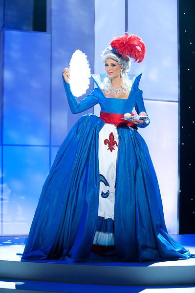 Hoa hậu Pháp và trang phục truyền thống mang màu cờ.