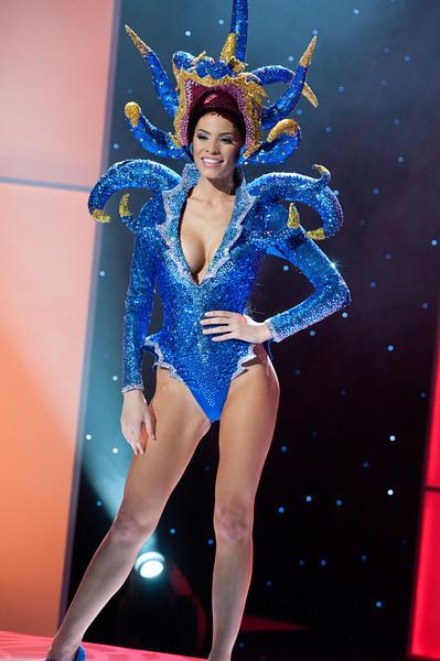 Giật mình vì chiếc 'đầu bạch tuộc' của hoa hậu Puerto Rico.