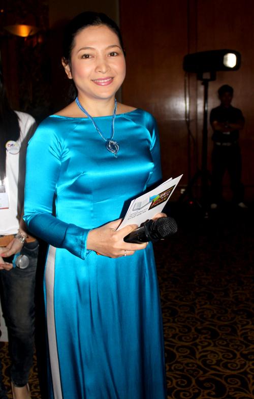 MC Quỳnh Hương dẫn dắt chương trình họp báo. Chị khoe vẻ dịu dàng, nền nã khi diện áo dài truyền thống cách điệu cổ thuyền.