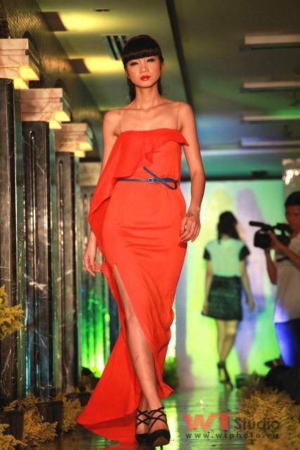 Người mẫu Hạ Vy trình diễn một mẫu thiết kế tại Tuần lễ thời trang Hà Nội 2010.