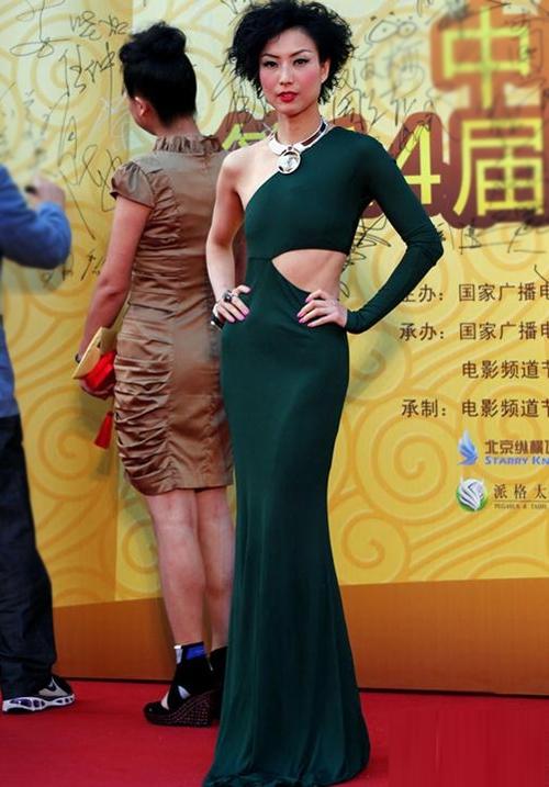 Trịnh Tú Văn sở hữu vóc dáng 'mỏng như tờ giấy', nhưng không phải vì thế mà cô thiếu tự tin. Xuất hiện tại Lễ trao giải Hoa biểu vào tháng trước, cô mặc bộ váy bó sát, để lộ bộ ngực phẳng lỳ.