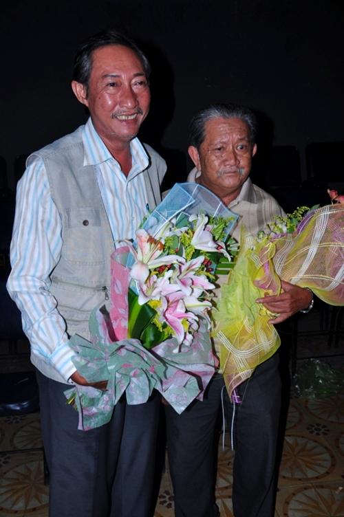 Diễn viên hài - nhà văn Mạc Can đến cùng diễn viên Lê Bình.