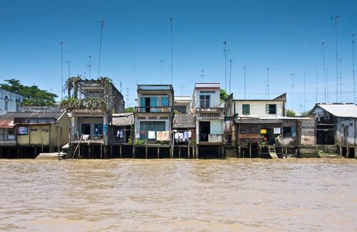 Những ngôi nhà ở đây được xây dựng trên những chiếc cột cao, nằm trên mép nước.
