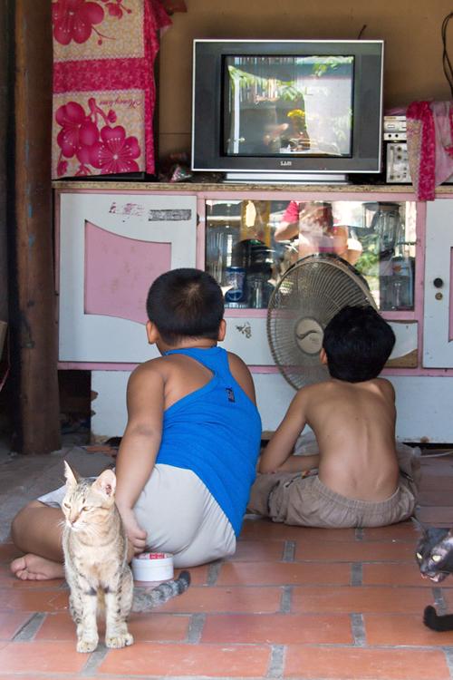 Trong những ngôi nhà trên sông, cuộc sống của người dẫn vẫn diễn ra bình thường, những đứa trẻ vẫn chơi đùa, xem phim hay nghịch ngợm.