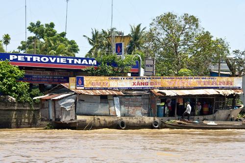 Những cửa hàng, cửa hiệu và cả trạm xăng cũng được xây dựng trên mặt nước.