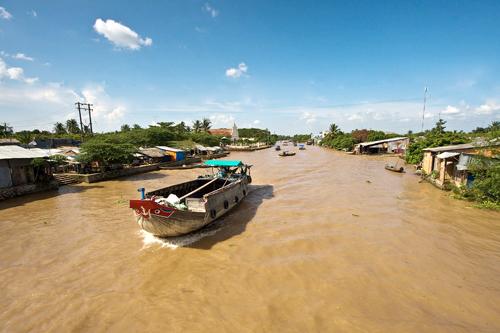 Người dân miền tây đi lại bằng canô, thuyền máy và thuyền nhỏ.