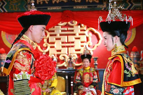 Dưới sức ép của hoàng tộc, Vĩnh Kỳ kết hôn với Hân Vinh...