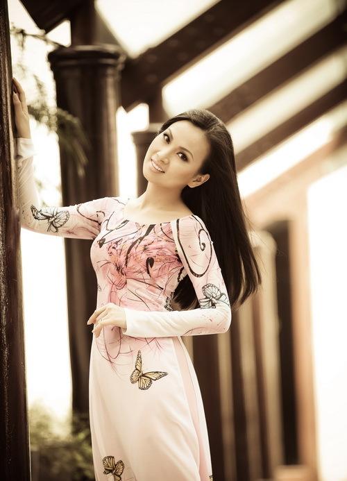 Không bốc lửa như cô em gái Minh Tuyết, cũng không biến hóa đa dạng như chị Cẩm Ly, Hà Phương luôn xuất hiện với vẻ đằm thắm dịu dàng, mặc áo dài và hát dân ca. Trong bộ ảnh mới, cô cũng diện áo dài, tạo dáng e ấp như một cô gái mới lớn.