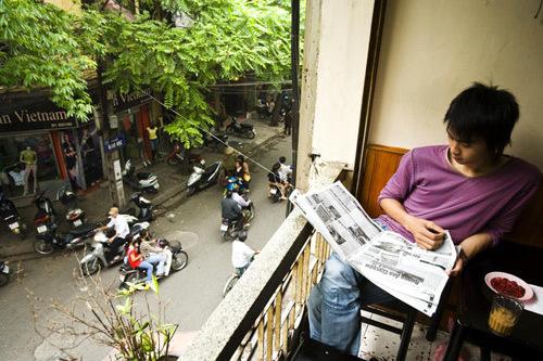 Ở Hà Nội, nhiều người chọn cách bắt đầu ngày mới bằng uống cà phê, đọc báo.