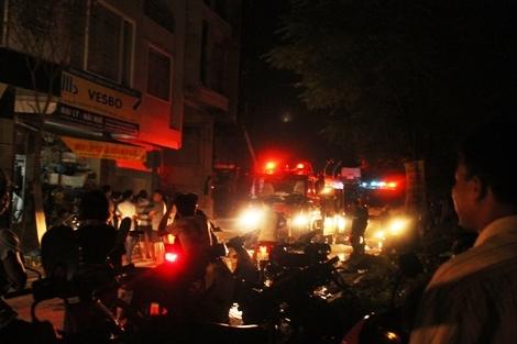 Đám cháy ở ngay khu dân cư đông đúc nhưng may mắn không ai bị nạn.