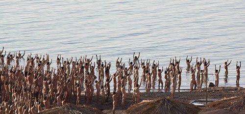 Bức thứ hai được chụp khi tất cả những người tham dự được yêu cầu đứng ở mép nước nông, bức thứ ba và các bức tiếp theo ghi lại cảnh nhóm người trát bùn lên người.