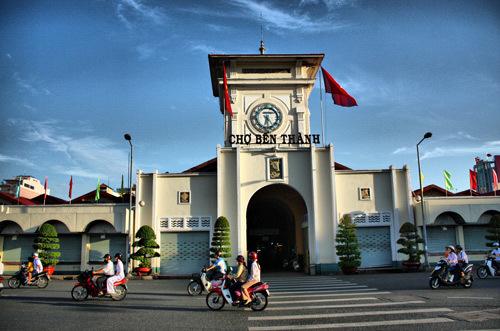 Chợ Bến Thành, biểu tượng của TP HCM bắt đầu mở cửa từ sớm.