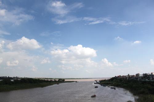 Sông Hồng nhìn từ cầu Chương Dương, Hà Nội trong một buổi sáng mùa thu trời xanh.