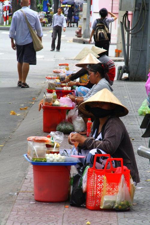 Những người bán hàng rong trên đường phố Tp HCM.