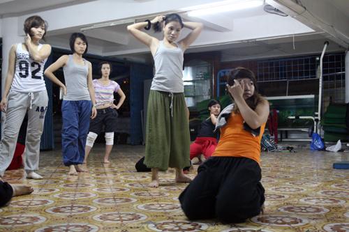 Thuộc thế hệ 9x, Huyền Trang là một trong 3 người đầu tiên được tiếp xúc với Hophop Jazz và được trực tiếp cô giáo Hitmomi Nguyễn Thị Báu, tốt nghiệp Đại học Nghệ thuật tổng hợp Nhật