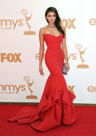 Nina Dobrev, diễn viên của Vampire Diaries diện váy đuôi cá màu đỏ của Donna Karan và trang sức Neil Lane.