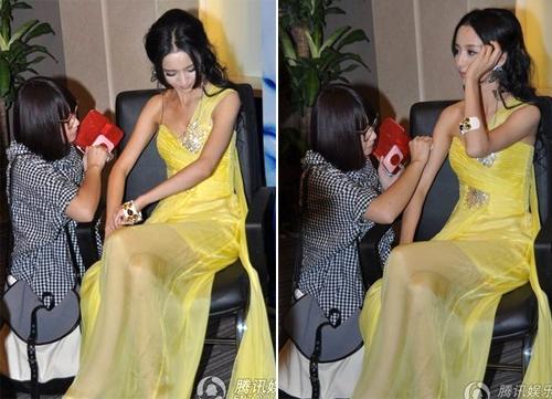 Sau khi chỉnh lại trang phục, cô đào được trợ lý dặm phấn trước khi trở lại trò chuyện với phóng viên.