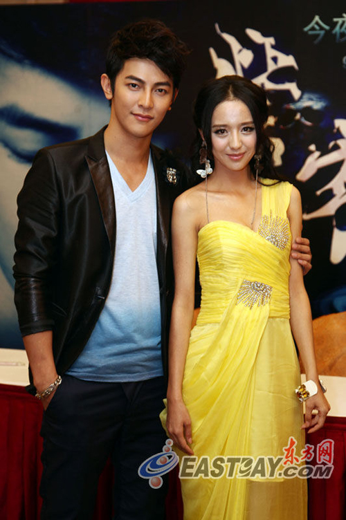 """Đồng Lệ Á và Uông Đông Thành, hai diễn viên chính của """"Tử trạch' chụp hình lưu niệm."""