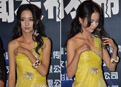 Giữa buổi phỏng vấn, chiếc váy của Lệ Á tụt xuống, khiến nữ diễn viên này rất lúng túng. Cô nàng chọn giải pháp là một tay kéo váy, tay kia cố gắng