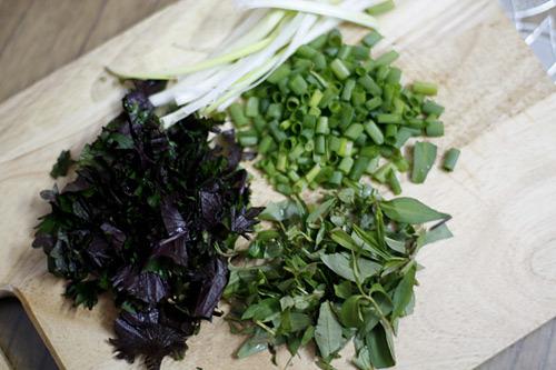 Các loại rau cho vào bát bún.