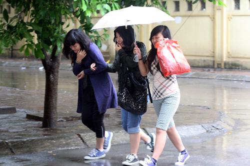 Nhóm bạn chạy trốn cơn mưa.